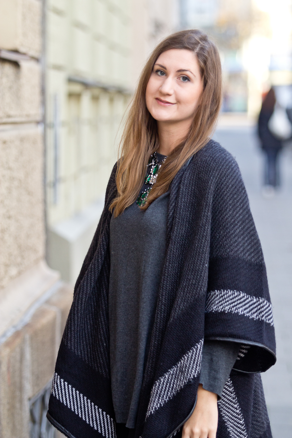 hello_munich_poncho_outfit_herbst_duo_boots-01