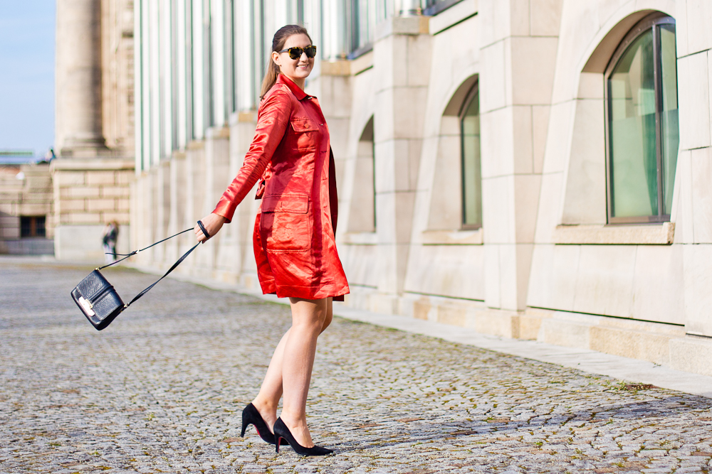 outfit_rebecca_minkoff_marc_jacobs_fruehling_muenchen_hofgarten_mantel_rot_spitze_02