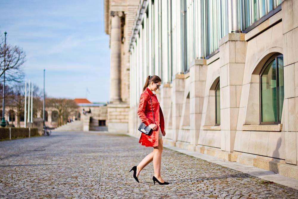 outfit_rebecca_minkoff_marc_jacobs_fruehling_muenchen_hofgarten_mantel_rot_spitze_03