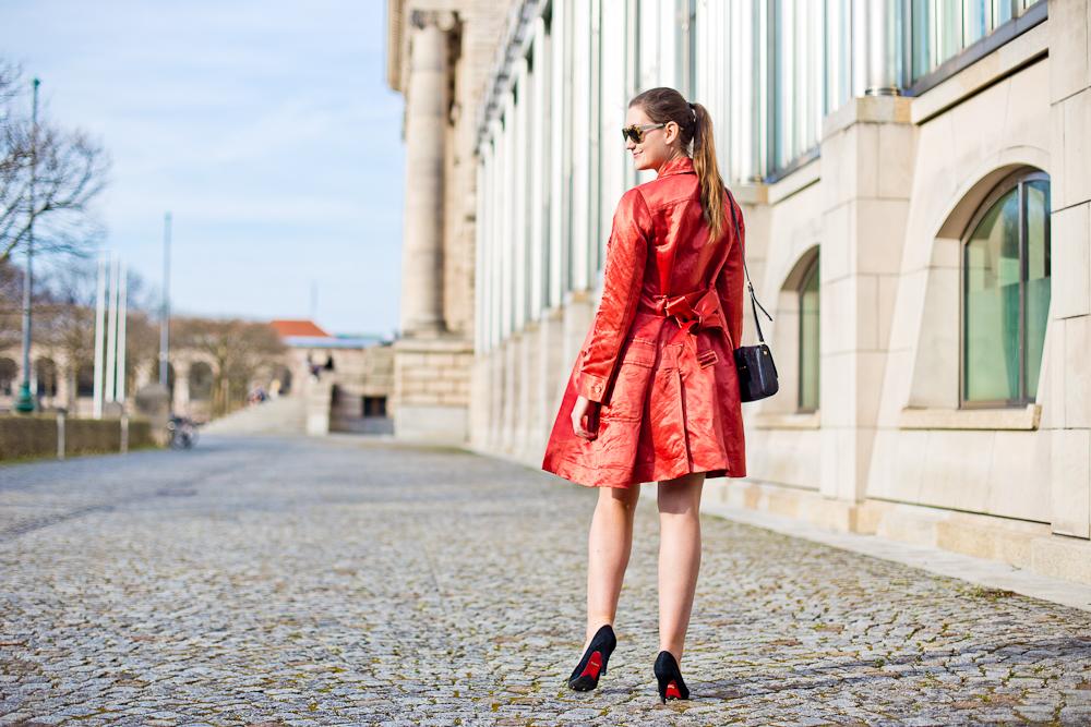 outfit_rebecca_minkoff_marc_jacobs_fruehling_muenchen_hofgarten_mantel_rot_spitze_07