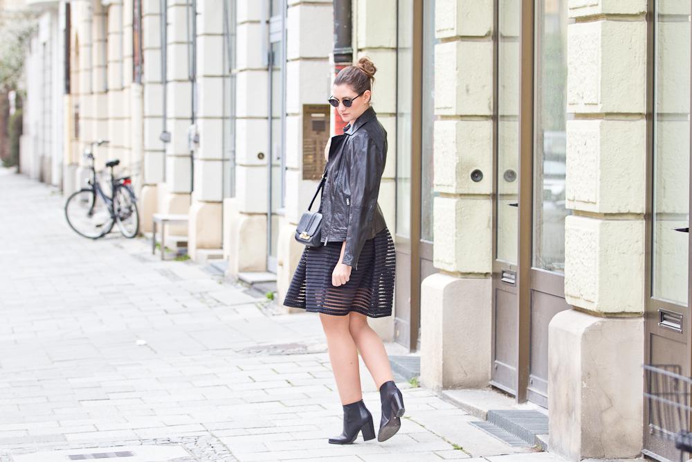 all_black_mesh_kleid_lederjacke_bomboogie_fashionblog_muenchen_modeblog_rebecca_minkoff_hallhuber_07