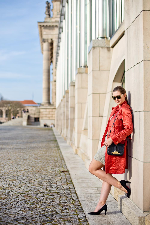 outfit_rebecca_minkoff_marc_jacobs_fruehling_muenchen_hofgarten_mantel_rot_spitze_01