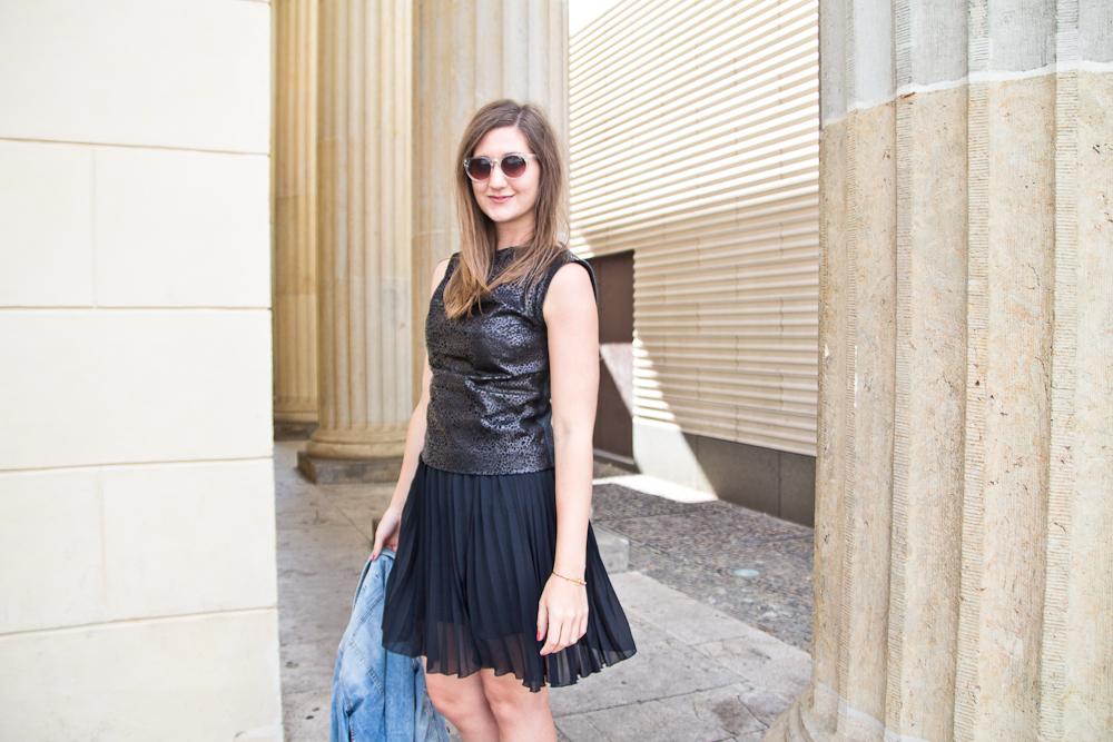 walk_boxx_outfit_denim_black_plissee_leder_berlin_fashion_week_streetstyle_06