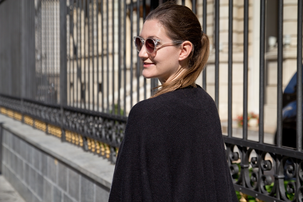 bukarest_outfit_fashion_blog_poncho_cape_prada_more_and_more_hallhuber_04
