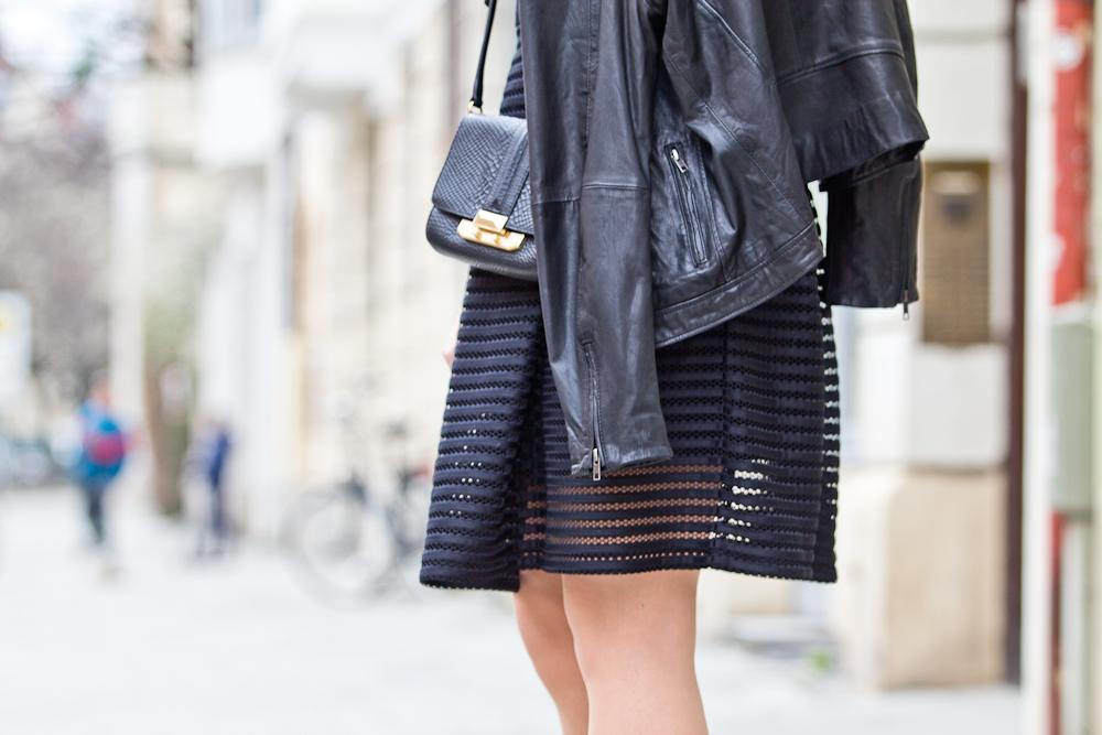 all_black_mesh_kleid_lederjacke_bomboogie_fashionblog_muenchen_modeblog_rebecca_minkoff_hallhuber_05